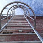 Лестница с защитным ограждением (пожарная)